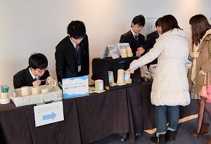 生徒たちによる竹製品の販売