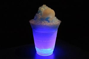 幻想的な光の空間をさらに楽しめる光るかき氷「夏の夜のかき氷」