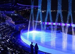 巨大ウォーターカーテンが美しい照明演出で幻想的に大変身