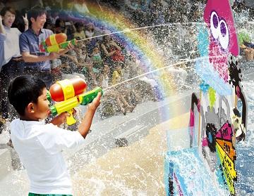 ゲーム内に登場するブキ「スプラシューター」の水鉄砲を使って楽しむシューティング・バトル(イメージ)